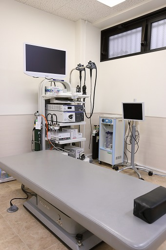 内視鏡システム「EVISLUCERAELITE」と内視鏡検査中患者様供覧用モニター